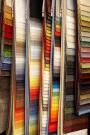 Gardinenstangen, Vorhangschienen, Flächenvorhänge, Stores und Dekostoffe in klassischen und modernen Formen, Muster und Farben.